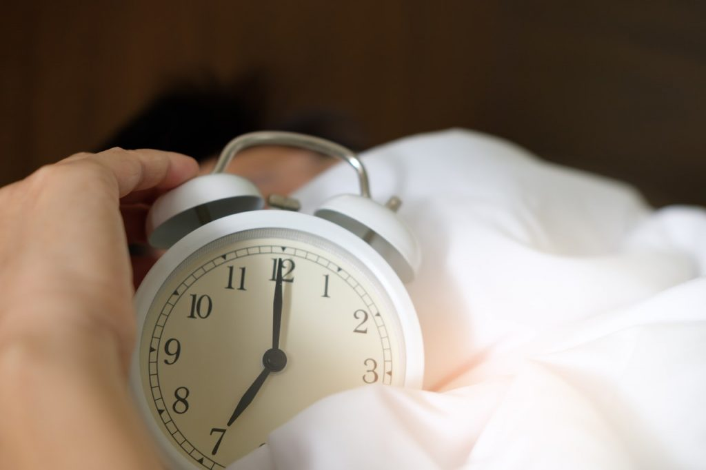 5 Ways to Wake Up on Time When You Can Sleep Through an Alarm Clock